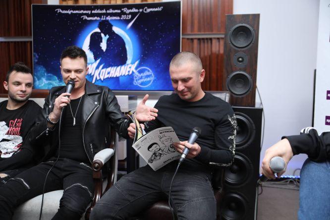 Z komiksem w reku basista Artur Pochwała (foto: Marcin Jaśkaczek)